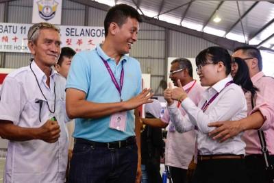 陈志忠(左2起)与 王诗棋在投票站碰头,互打招呼。