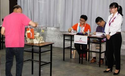 王诗棋不是当地选民,但也一早前来巡视投票站。