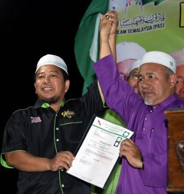 伊党署理主席端依布拉欣(右)颁发委任状予纳查里。