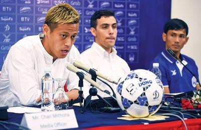本田圭佑(左)在赛前发布会上发表谈话。