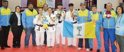槟城柔道最后2金得主(左4起)梁爱莎和陈可仪、林育正和杨德明,与孙意志及教练团合照。