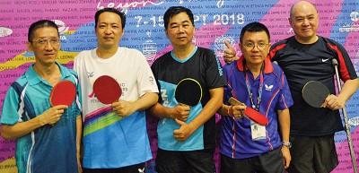 我国残疾乒乓名将陈怀文(中)带领黄景发(左1)、林子汕(左2)、黄谋霖(右2)及林文熙(右1)在亚太平洋大师运动会乒乓赛挑战各路群英。