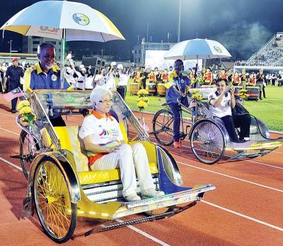 章瑛和孙意志坐三轮车绕场向大家问好。