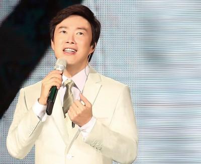 费玉清近年多在中国发展,西装是招牌穿搭。