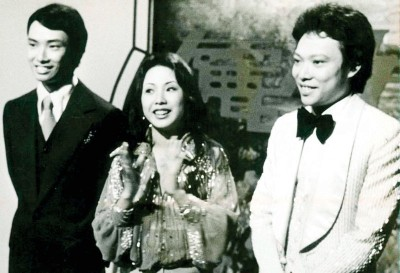 张菲(右起)、姐费贞绫与费玉清。