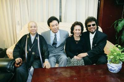 哥哥张菲(右一)透露,费玉清与亡母(右二)感情要好。