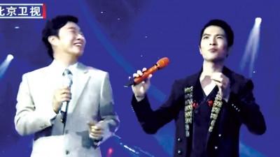 费玉清和萧敬腾(右)曾一同登台演唱。