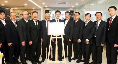 列席韩江传媒大学学院升学咨询室揭牌仪式的韩江三校董事与鲁世巍(着)合照留念。