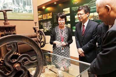 鲁世巍参观韩江文化馆。