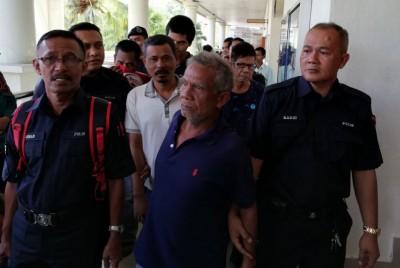 涉及非法聚赌活动的6名男被告周三早上被押上法庭面控。