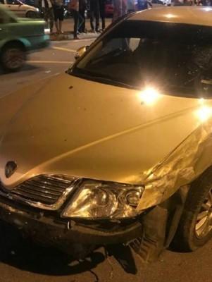 嫌犯驾驶的汽车,连环撞后,遭受损坏。