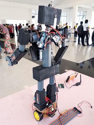 机械人身上电板多。