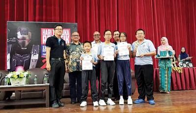 徐碠源校长(左)与学生光荣领奖。