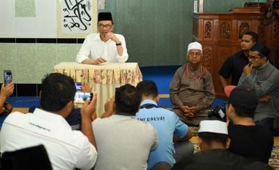 安华在老港占美清真寺发表演讲。