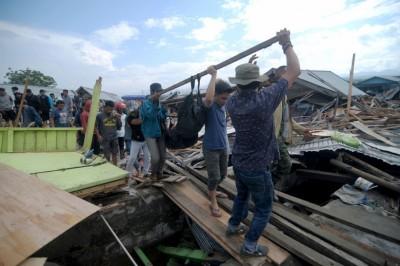 灾民在损毁的房子遭到处置。(法新社照片)