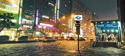 星期六傍晚大雨下得又很而急,输市忠孝东路瞬间成为汪洋一片。