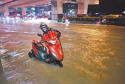 输市基隆路也淹水,被民众戏称变基隆河。