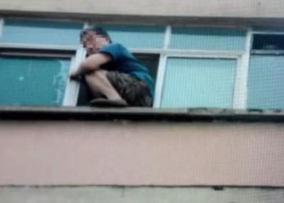 男子危坐窗边大哭约1小时。