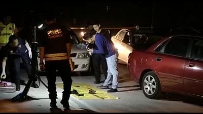 警员在现场搜证,记录搜到的各种作案工具。