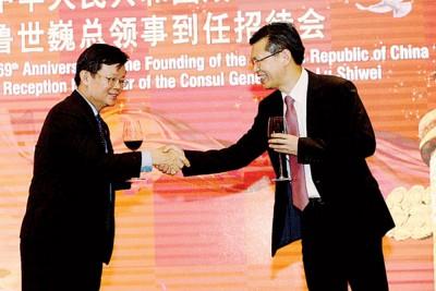鲁世巍和领导曹观友以祝酒词上竞相握手示好。