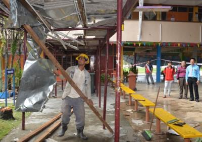 董家协成员安排自己公司的工友协助清理工作,右起汪寄峰及陈金标。
