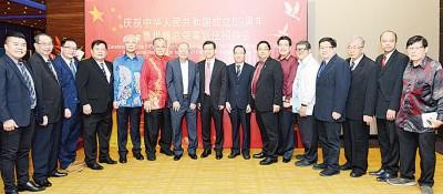 鲁世巍同志欢迎槟州华人大会堂执委会的赶来。