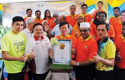 威省市局种植5110棵金蒲桃,曹观友签署大马记录大全证书后,并见证马来西亚纪录大全副总经理莫哈末亚历克斯将证书颁发,众行政议员、州议员及市议员陪同。