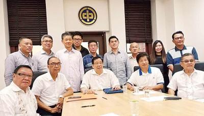 前排左起黄振裕、邓国彬、祝友成、彭永添和陈颖椿当人口合影。