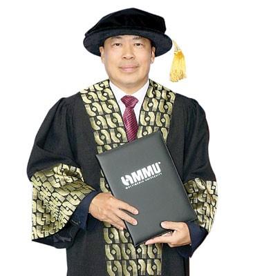 丹斯里拿督巴杜卡黄荣盛博士在学术界更上一层楼,获颁管理学荣誉博士学位。