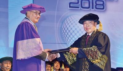 多媒体大学名誉校长敦查基颁授管理学荣誉博士学位(Honorary Doctor of Management)予丹斯里。