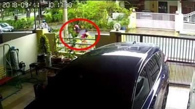 摩托车匪与女儿擦身而过后,停下来抢劫她。