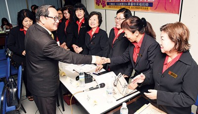 当开幕嘉宾的锺来福(左),歌颂妇女部成员以繁忙工作以及家务之衍,尚主动参与妇女组工作,事实上难能可贵。
