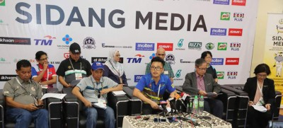 阿末沙巴威(左起)、阿鲁拉欣、李存孝、李文材及陈丽敏针对沙巴室内足球队运动员感染腮腺炎事件召开新闻发布会。