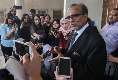 沙菲益保释后在法庭大厦召开记者会,面向媒体的提问。