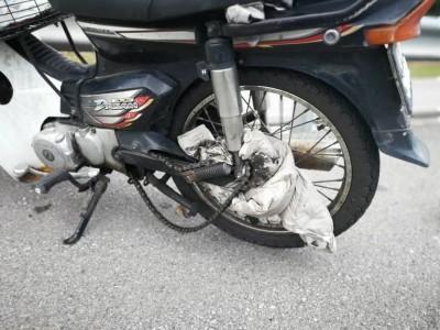 外套卷入摩托车链轮,导致失控翻覆。