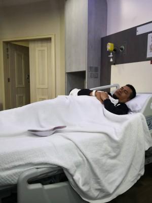 嘉玛自曝胆结石而住院,躺在床上休养。