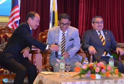 依斯迈(左)在阿末法依沙(中)与嘉沙里的陪同下与霹州内的公务员对话。