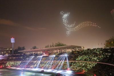 霹雳州相隔24年再度成为马运会东道主,当健儿冒雨步入体育馆。