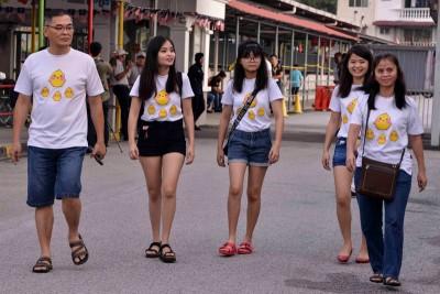 一家五口穿着同样的衣服前往投票,格外引人瞩目。