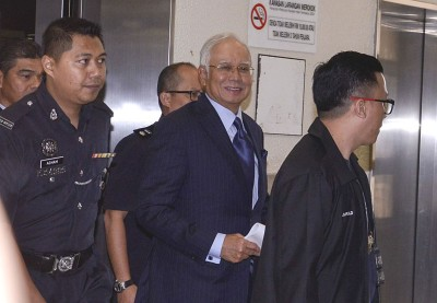 支持者陆续抵达法庭,为纳吉打气。