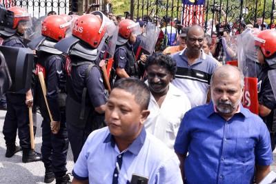警方在法庭大厦主要入口处把关,严控人流。