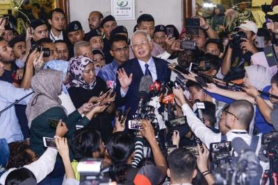 纳吉获准保释离开法庭前,第一次主动走向媒体群发表谈话。