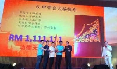 来自中国的代表以111万1111令吉投得中营令旗。