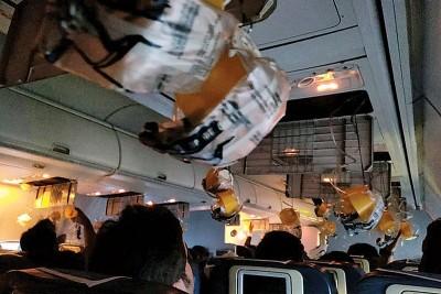 机舱气压不稳,氧气罩掉下。