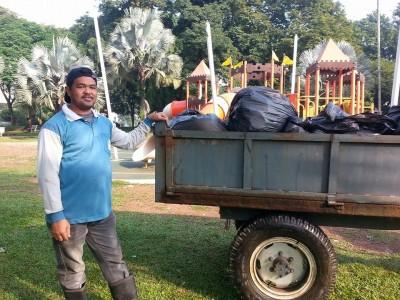 市议会清洁工友正在清理公园垃圾,以便运载到垃圾场。