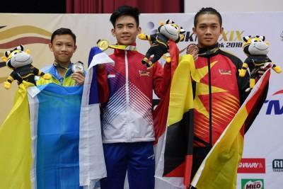 14岁的达尼斯(左)仅落后陈昌万(中)0.13分。