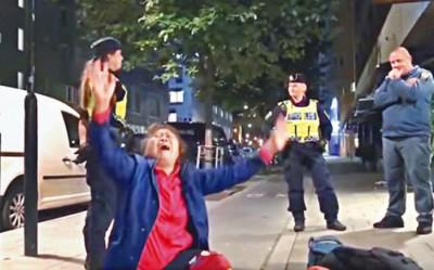 曾母给抬出旅馆后哭的充分,些微名瑞典女警显得特别无奈。