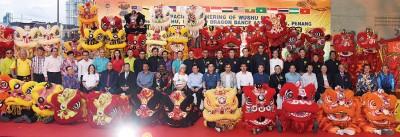 众嘉宾在槟城亚太大师运动会武术与舞狮赛群英会暨槟州武术龙狮总会41周年联欢盛宴之前,来张大合照。