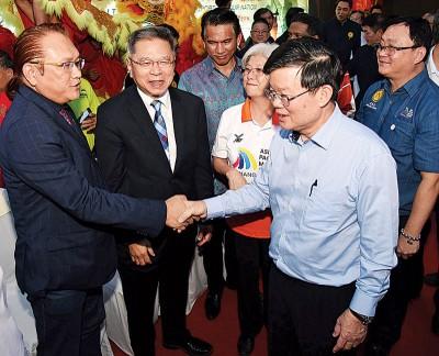 曹观友(右2)与张金发(左)握手致意。方万春(右起)、章瑛和吴廷贵陪同。