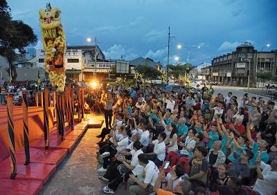 中国汕尾义兴比麟堂狮队带来精彩高桩舞狮表演。